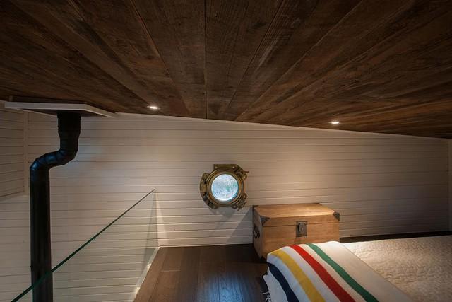 Lan can bằng kính nơi gác xép khiến tầm nhìn từ bên trên thoáng sáng và không bị hạn chế.