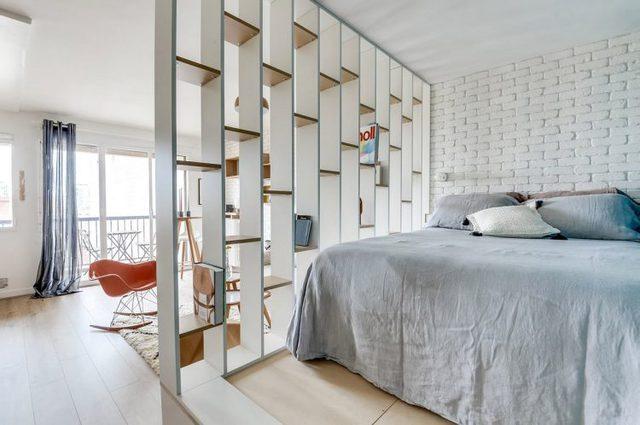 Sự kết hợp tuyệt vời của tông màu trắng sáng cùng một vài chi tiết nổi bật của nội thất khiến không gian vừa rộng thoáng nhưng cũng mang đậm nét cá tính của chủ nhà.