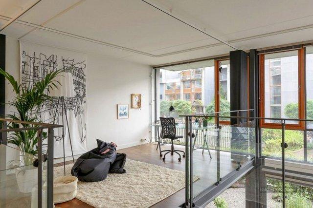 Cũng giống tầng 1, trên tầng 2 mặt tiếp giáp với khu vườn cũng được mở rộng tầm nhìn tối đa nhờ những cửa kính trong suốt.