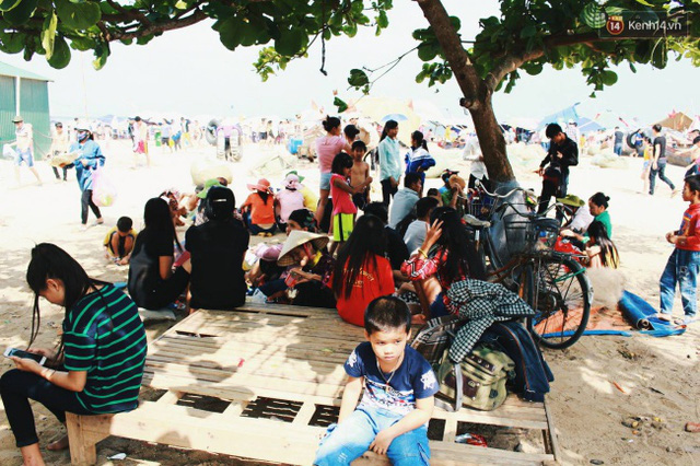 Cảnh nhếch nhác diễn ra ngay tại bãi biển Sầm Sơn. Ảnh: Thu Hường