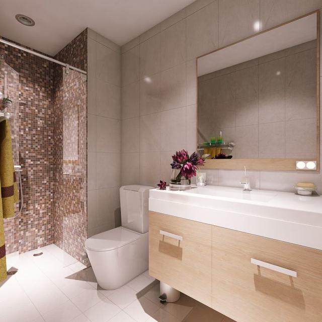 Khu vệ sinh tiện nghi, sạch sẽ với gạch ốp cao sát trần.