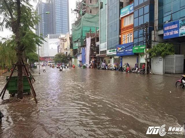 Đường Trường Chinh ngập sâu 60cm.