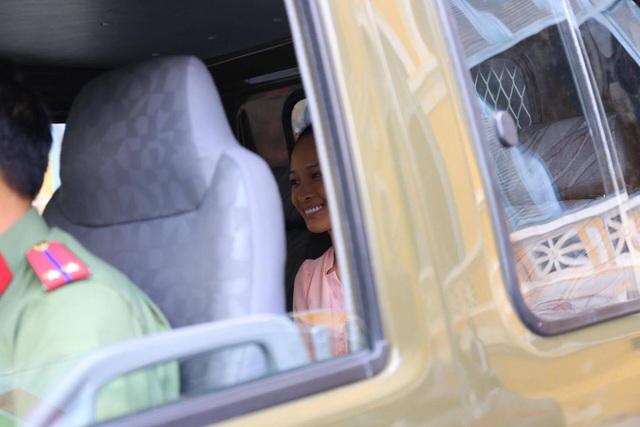 Bị cáo Phương Nga nở nụ cười khi rời khỏi phiên xét xử