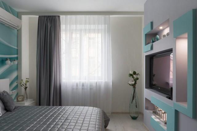 Để cân bằng màu sắc cho khu vực chức năng này, rèm cửa, đệm và gối mang gam màu tối tạo cảm giác yên tĩnh cho phòng ngủ.