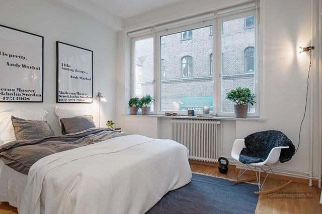 Thống nhất trong thiết kế toàn bộ căn hộ, giường ngủ cũng được lựa chọn tông màu trắng ăn nhập với gam màu chủ đạo.