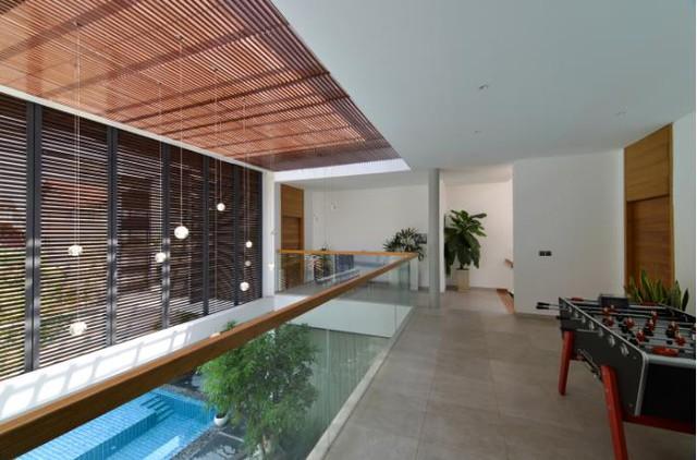 Bức rèm gỗ có thể mở ra cho phép ánh sáng tự nhiên và thông gió len lỏi vào các không gian bên trong.