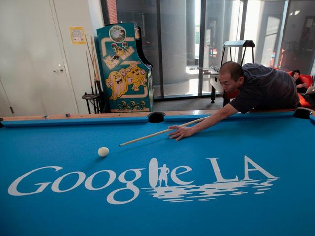 Bạn sẽ đi qua chiếc cổng ống nhòm khổng lồ này để vào văn phòng Google tại Vience.