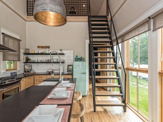 Trần nhà cũ được đập bỏ cơi lên cao và mở thêm gác xép để tăng thêm diện tích sử dụng.