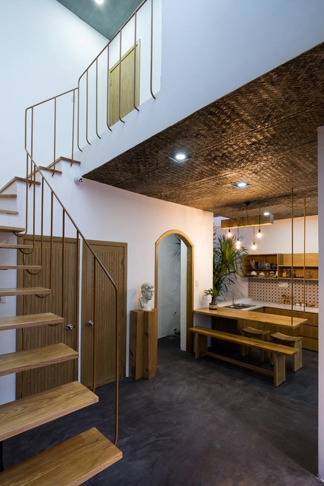 Trong ngôi nhà hầu hết nội thất đều được làm từ gỗ tự nhiên có tông màu nâu be sáng, kiểu dáng đơn giản, tinh tế.