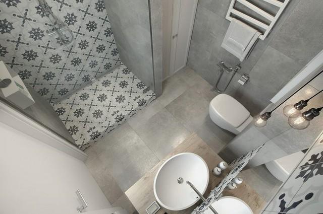 Góc tắm đứng được phân biệt với xung quang bằng 1 dải hoa văn của gạch men làm điểm nhấn cho cả phòng tắm.