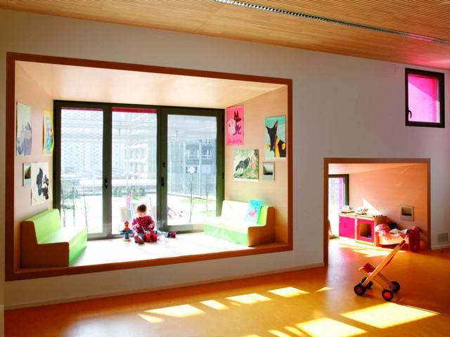 Trường Olympiads nằm ở Paris (Pháp) với thiết kế đặc biệt tạo ra rất nhiều không gian nhỏ cho trẻ được sưởi ấm dưới ánh nắng mặt trời.