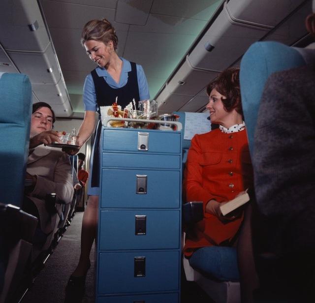 Nhưng ở thời điểm thập niên 80 thì ít nhất hành khách vẫn được phục vụ Cocktails.