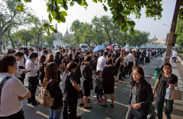 Người dân cùng nhau mặc đồ màu đen để thể hiện sự tiếc thương với vị vua đáng kính.