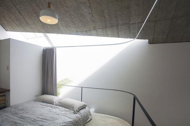 Góc nghỉ ngơi lý tưởng tràn ngập ánh sáng và cây xanh của chủ nhà. Khi cần không gian riêng tư, yên tĩnh chủ nhà có thể kéo tấm rèm được thiết kế uấn quanh khung sắt phía trên.