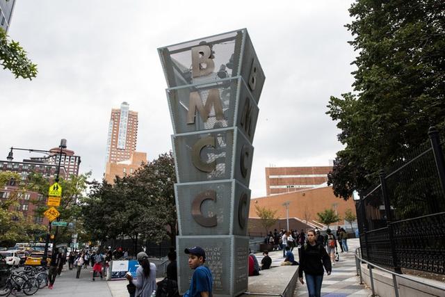 Khối kiến trúc độc đáo của Đại học Cộng Đồng Manhattan.