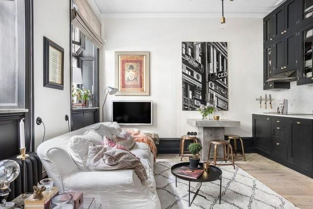 Màu sắc thêm thắt trong căn hộ nhỏ này có chăng là sự thêm thắt đến từ những chiếc gối ôm, tranh treo tường hay bộ ghế nơi bàn ăn. Tuy nhiên màu sắc được chêm vào cũng là màu nhạt không ảnh hưởng đến tông màu chủ đạo và ý tưởng thiết kế của cả không gian.