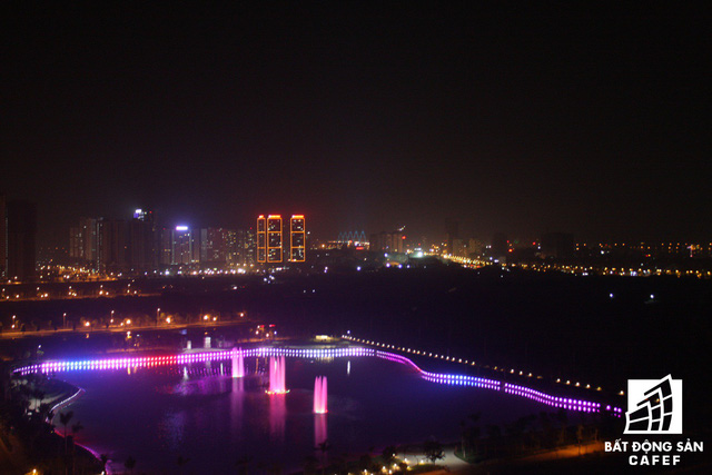 Cửa sổ căn hộ hướng ra hồ rộng 4,5 ha tuyệt đẹp. Nhìn từ cửa sổ, toàn cảnh thành phố Hà Nội như được thu vào tầm mắt.