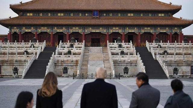 Từ trái qua: Phu nhân Melania Trump, Tổng thống Donald Trump, Chủ tịch Tập Cận Bình, phu nhân Bành Lệ Viện cùng nhìn về phía tòa nhà trong  Tử Cấm Thành .