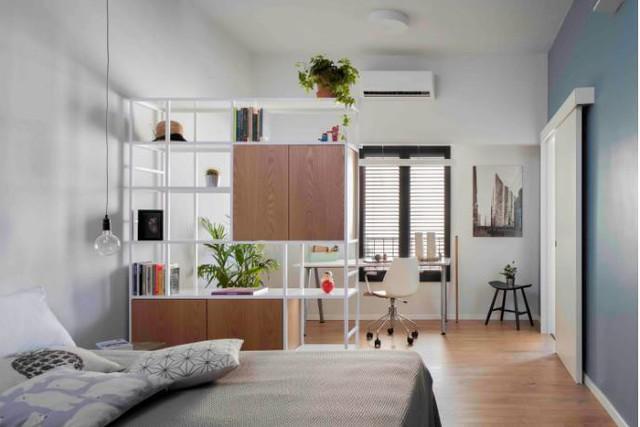 Cũng mang tông màu trắng chủ đạo, căn phòng này tuy nhỏ nhưng được bài trí khá đẹp và thẩm mỹ. Cây xanh cũng được chủ nhà trồng khắp nơi thổi bừng sức sống cho không gian.
