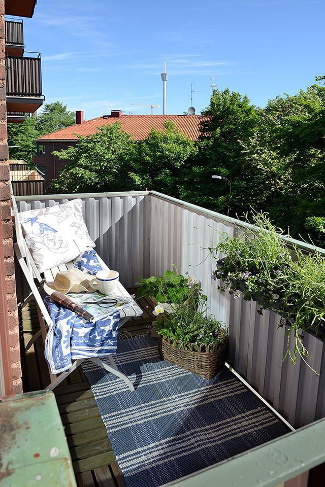 Lợi thế đặc biệt của căn hộ nhỏ này là sở hữu một ban công ngoài trời lý tưởng. Góc nhỏ này được trồng rất nhiều hoa và cây xanh làm nơi nghỉ ngơi thư giãn.