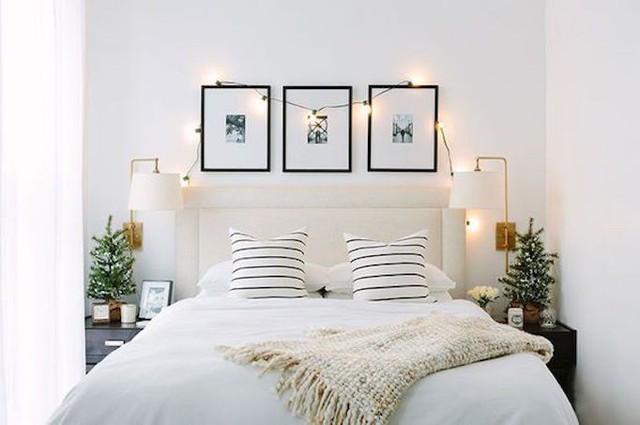 Với những phòng ngủ diện tích nhỏ bạn có thể dùng cây thông bé và đèn led là đủ để mang không khí noel vào phòng.