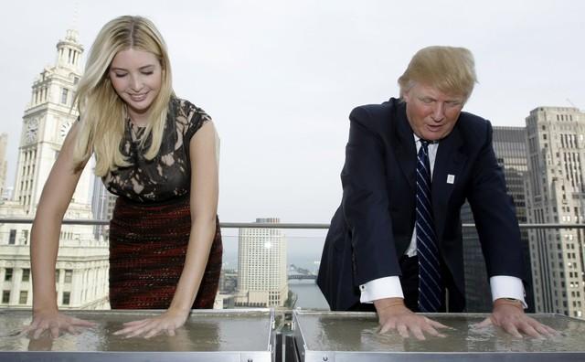 Donald và Ivanka Trump đặt tay lên xi măng ướt trong một hoạt động của khách sạn Trump International Hotel & Tower tại Chicago vào 24/9/2008. Ảnh: AP.