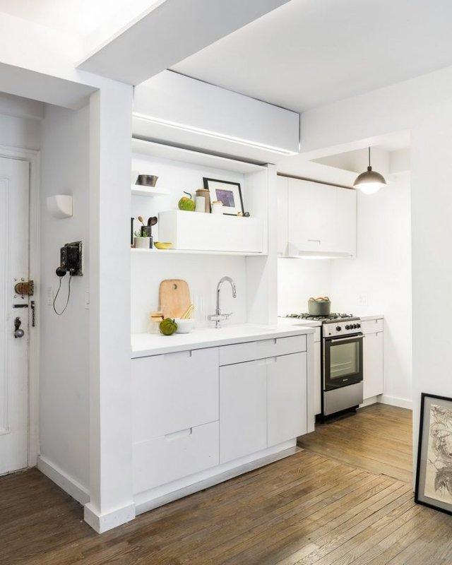 Khu vực bếp ăn rộng thoáng với tất cả nội thất mang màu trắng tinh khôi.