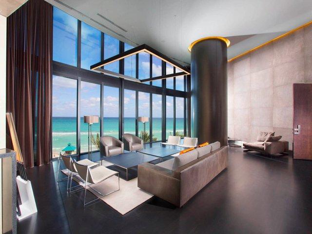 Các căn hộ nơi đây đều có trần nhà cao và cửa kính mở rộng hết cỡ. Căn hộ nào cũng có bể bơi riêng và nhà bếp ngoài trời.