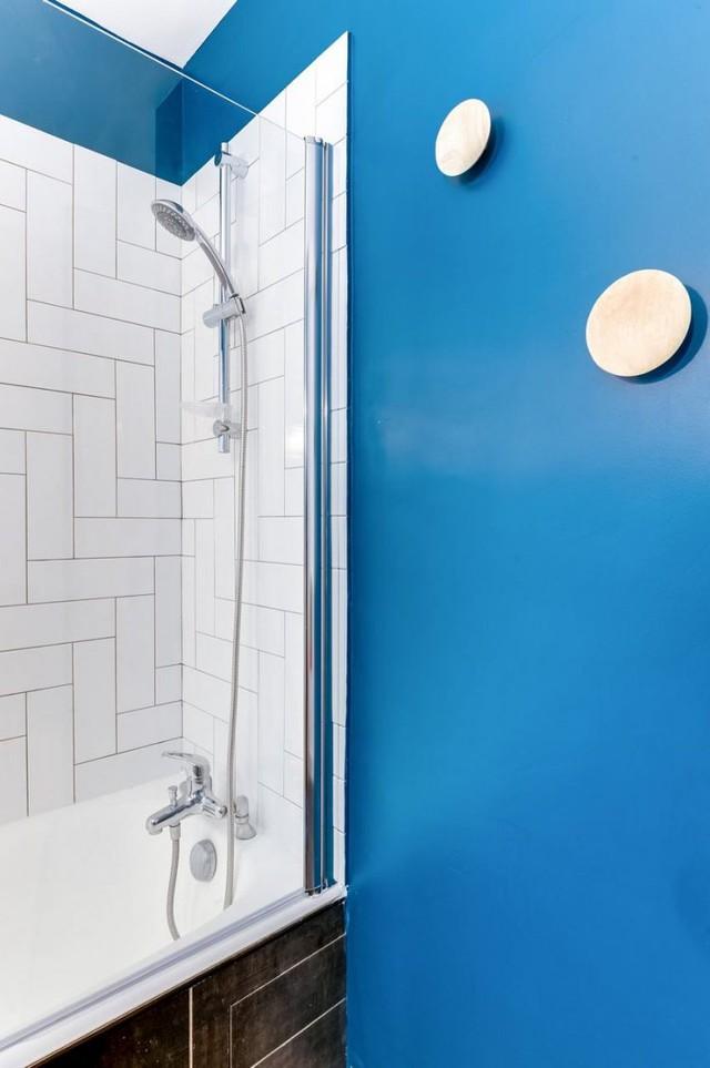 Không gian phòng tắm không cần nhiều ánh sáng và ít sử dụng được chủ nhà đặt vị trí trong cùng. Nơi đây được thiết kế với những bức tường tối màu tạo sự thoáng sạch và mát mẻ.