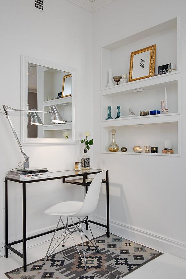 Để không gian không bị vướng víu và thêm phần chật chội, nơi góc nhỏ này chỉ được bố trí một chiếc bàn đơn giản với chân cao và chiếc ghế nhỏ có thể cất gọn dưới gầm bàn.
