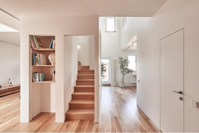 Cầu thang được thiết kế nhỏ gọn đặt giữa nhà với những ô thoáng lớn nhỏ.