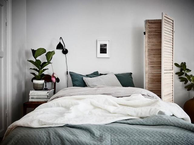 Chỉ cần một chiếc giường nhỏ êm ái cùng kệ lưu trữ và đèn đọc sách, thế là đã quá đủ để tận hưởng sự riêng tư của mình.