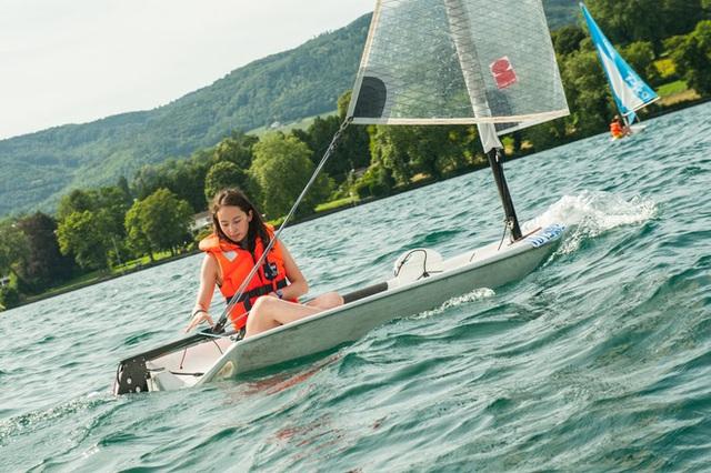 Thuyền buồm của trường đậu ngay trên hồ Geneva.
