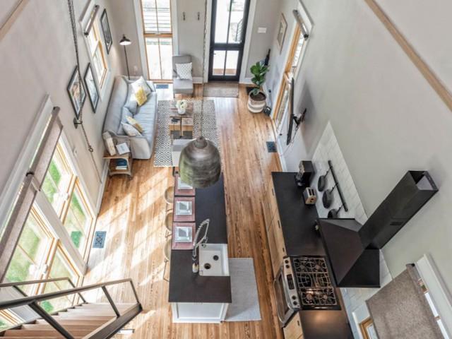 Không gian phòng khách và bếp ăn tuyệt đẹp nhìn từ trên gác xép.