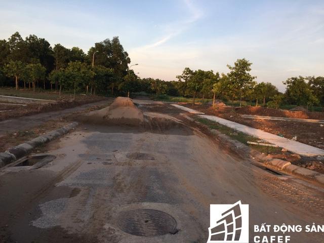 Vật liệu xây dựng vương vãi đầy đường.