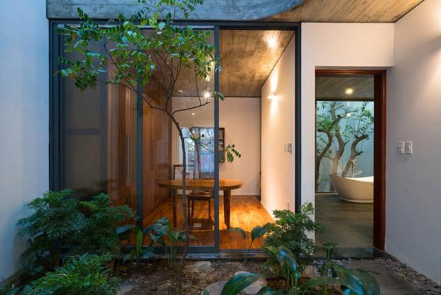 Điều này tạo cho không gian liên tục theo chiều ngang và khiến chủ nhà có cảm giác sống ở trong nhà mà như ở ngoài trời và ngược lại.