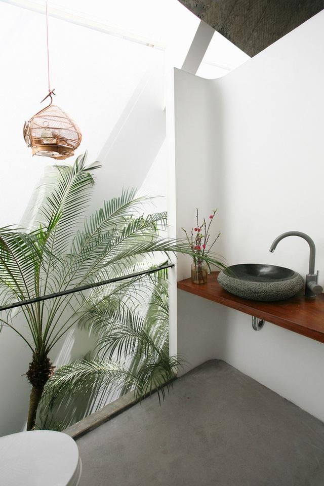 Phía sau phòng ngủ khu nhà tắm và vệ sinh với rất nhiều cây xanh vô cùng thoáng mát.