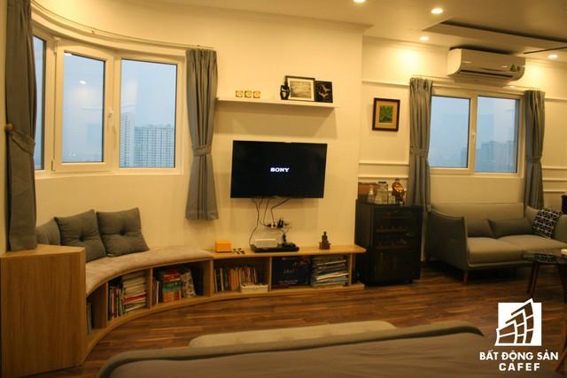Mỗi góc nhỏ trong nhà đều được bày biện khá tươm tất với nội thất cần thiết. Và dường như không tìm thấy ranh giới ngăn cách giữa các khu vực chức năng. Chính sự liên kết hài hoà này đã giúp cho không gian trở nên rộng hơn, thoáng hơn.