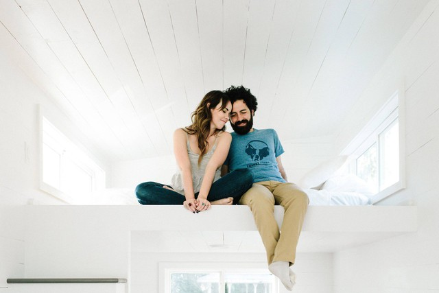 Vợ chồng trẻ Kelly và Canaan rất yêu và hai lòng với tổ ấm của mình. Với họ sống trong không gian nhỏ không hề khiến họ phải khó chịu mà ngược lại họ luôn cảm thấy thoải mái, dễ chịu và ấm cúng.