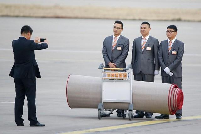 Nhân viên Trung Quốc tại sân bay chụp ảnh kỷ niệm trước khi trải thảm đỏ đón Tổng thống Trump tới Bắc Kinh hôm 8/11.