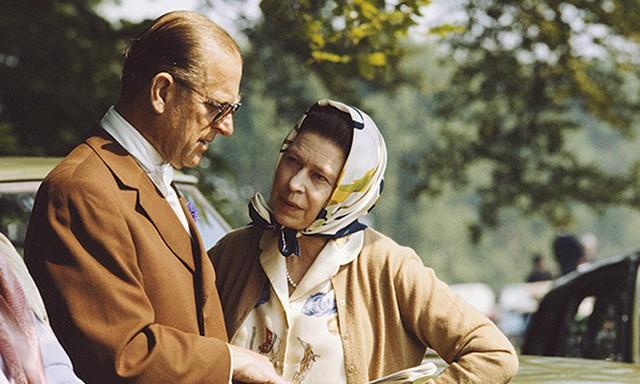 Một bức hình trò chuyện của Nữ hoàng Elizabeth và Hoàng thân Philip chụp vào năm 1982 như cắt ra từ bộ phim cổ điển đầy lãng mạn.