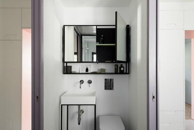 Phòng vệ sinh nhỏ nằm giữa hai phòng ngủ.