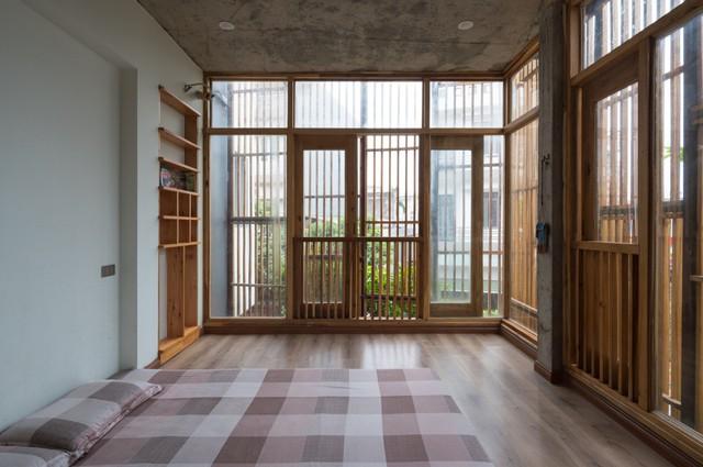 Phòng ngủ thông thoáng với tầm nhìn mở ra bên ngoài tuyệt đẹp. Nội thất gỗ còn mang đến cảm giác ấm cúng và thân thiện cho không gian.