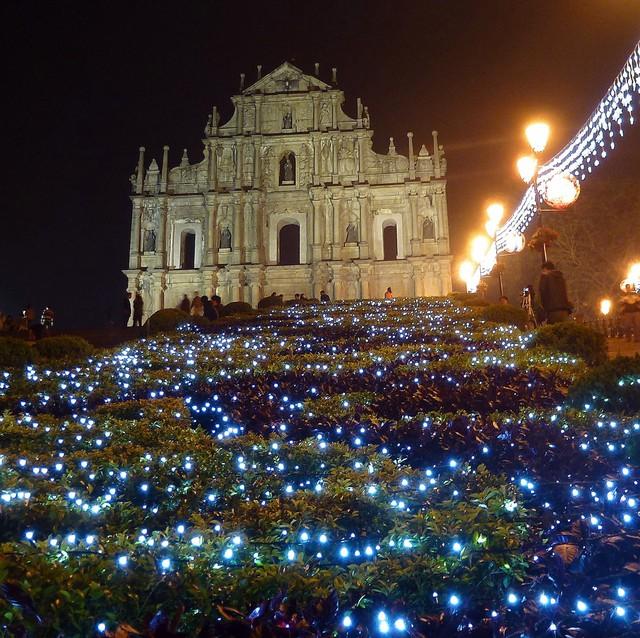 Nhà thờ thánh Paul tại Macau được thắp sáng bởi hàng nghìn ngọn đèn Led sáng rực rỡ như những chú đom đóm đêm Giáng sinh.