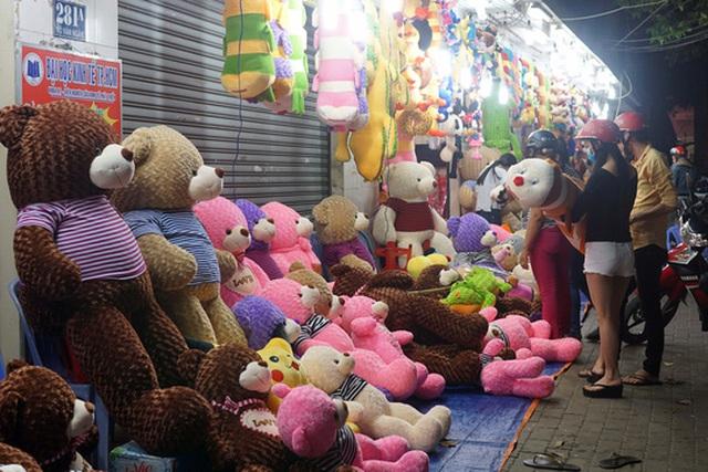 Các loại quà như gấu bông có giá từ 400.000-500.000 đồng lên đến 1000.000 đồng/ 1 con tùy kích thước.