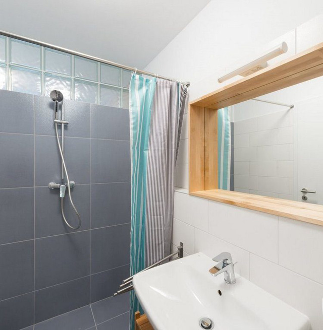 Phòng tắm nhỏ nhưng rất sáng và sạch.