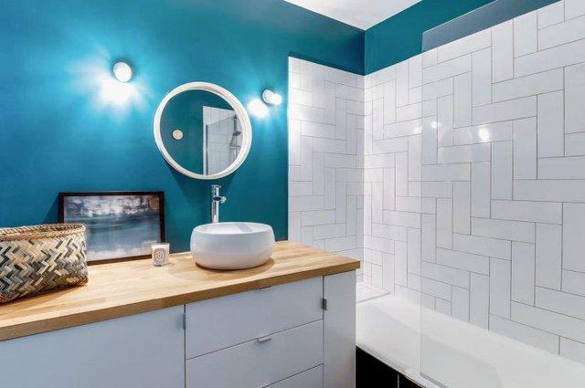Không gian tuy nhỏ nhưng được thiết kế thuận tiện với hệ thống tủ và ngăn kéo đựng đồ bên dưới chậu rửa tay.
