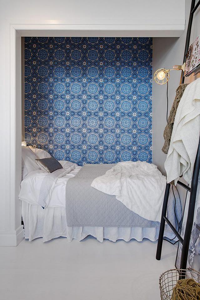 Không gian nghỉ ngơi nhỏ xinh được đặt bên trong góc tường. Nơi đây được thiết kế ấn tượng với màu xanh mát mắt của giấy dán tường.