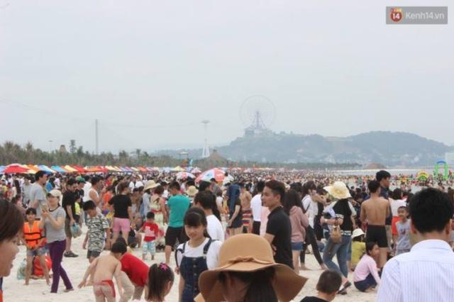 Khu vực biển Bãi Cháy được khá nhiều du khách lựa chọn trong dịp nghỉ lễ 30/4 - 1/5 năm nay. Ảnh: Định Nguyễn