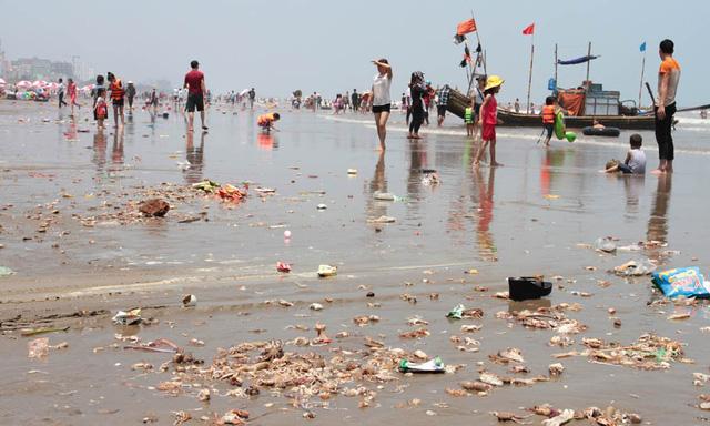 Hơn 12h trưa ngày 1/5, khi phần đông lượng khách đã rút đi tránh nắng, còn lại trên bãi biển là rác thải hải sản và rác sinh hoạt tràn đầy. Ảnh: Quốc Huy
